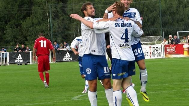 Nové Strašecí právě dostalo od Kladna první gól. S jeho autorem Janem Štoncnerem slaví Tomáš Procházka a Marek Tóth.