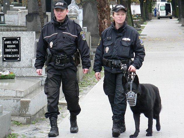 V těchto dnech mohou Kladeňáci potkat strážníky na hřbitovech častěji.