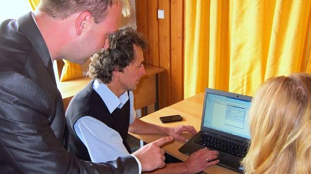 Konzultant společnosti Marbes Consulting Miroslav Kůst seznámil vedoucího odboru informatiky Magistrátu města Kladna Pavla Rouse a další pracovníky s novinkami v informačním systému Proxio, který pomáhá zkvalitňovat komunikaci mezi městem a občany.