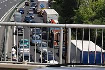 Záběry vozidel jedoucích po dálnici D7 na 17. kilometru v protisměru hovoří za vše.