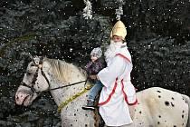 Mikuláš na koni projel Kladnem.