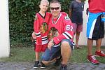 Michael Frolík přivezl Stanley Cup do zámecké zahrady v Kladně.