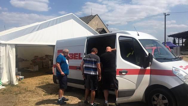 Dobrovolní hasiči ze Svinařova předali osobně finanční dar Mikulčickým.