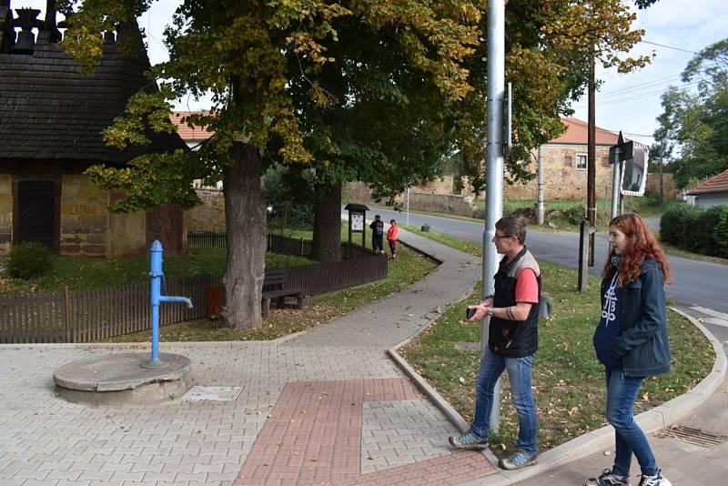 Turisté si vyšlápli za dřevěnými zvoničkami v okolí Slaného.