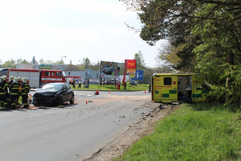 V Pražské ulici v Kladně se srazila sanita s osobním automobilem.