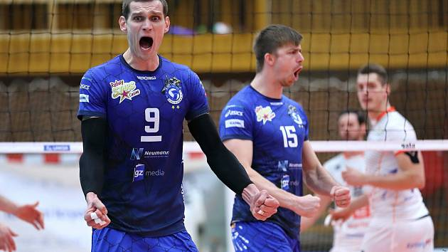 Volejbalisté Kladna (v modrém) po výborném výkonu porazili doma Karlovarsko 3:1. Hýský