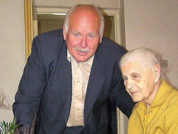 BLAHOPŘÁNÍ. Marii Humlové přišel popřát také náměstek kladenského primátora Antonín Kajgr.