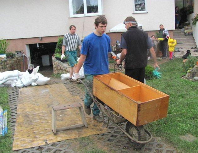 NEVESELO BYLO v pondělí v Bělokách  na zahradě domu rodiny Masařových. Zničené věci ze zatopené garáže končily v kontejneru na odpad. Navíc povodeň zničila úrodu na sousedním políčku.