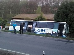 Autobus skončil v příkopu na úrovní stavební firmy. Zraněno bylo pět lidí