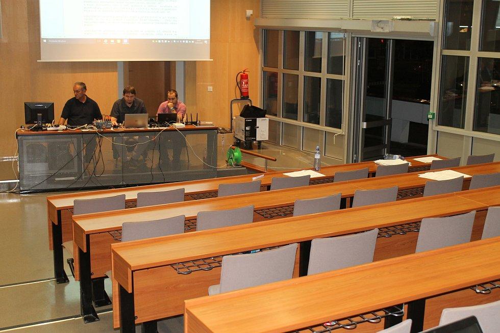 Opozice návrh na navrácení Jana Krafky do čela divadla neprosadila. Po pauze proto jejich lavice osiřely.