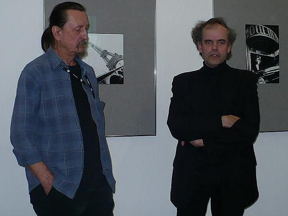 Výstavu, která se koná v Malé galerii spořitelny Michalu Tůmovi (vpravo) zahájil Jiří Hanke.