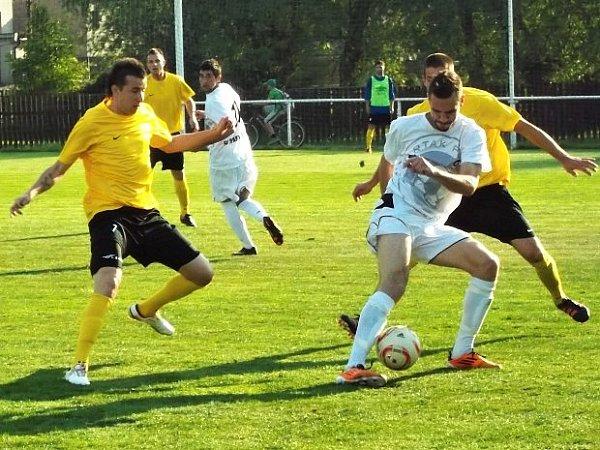 Vpravo bojuje aktuálně tuchlovický Bohumil Mrština.