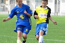 KLADENŠTÍ  ŽACI (ve žlutém Ondřej Holub v utkání s Berounem)  nedali nikomu naději a postoupili do semifinále.