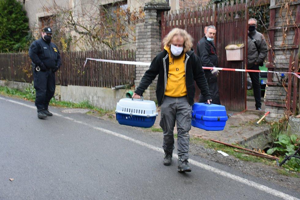 Opuštěná zvířata na místě tragédie v Líském a starosta Štěpán Hon.