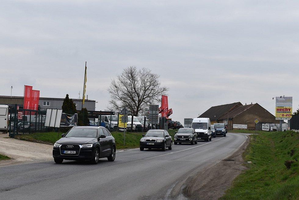 Fronty aut ve Slaném na Pražském předměstí.