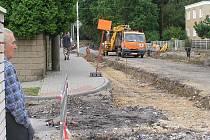Ulice Železničářů v Kladně je uzevřena, přesto si řada lidí tudy cestu zkracuje. Cyklistce se to málem stalo osudným.