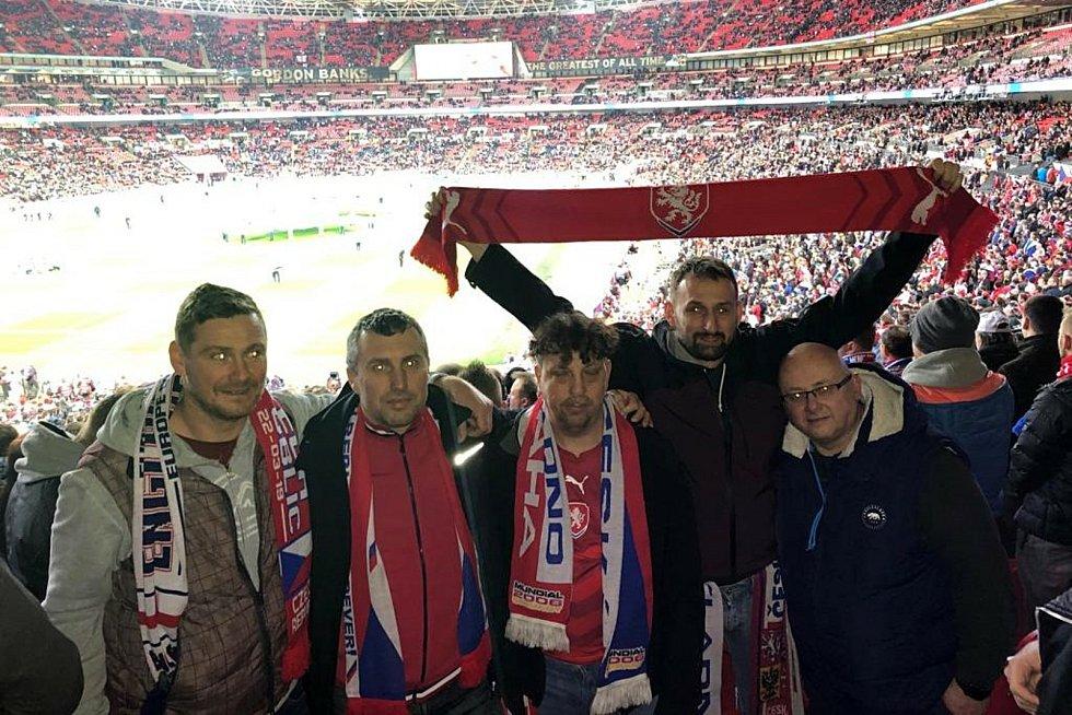 Michael Wiesner  (třetí zleva) s partou kamarádů ve Wembley.