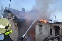 Dva výjezdy hasičů na Kladensku. Požár drážního domku a z bytu v paneláku se valil dým.