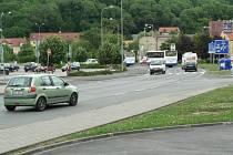 Okradená silnice v Ouvalově ulici ve Slaném