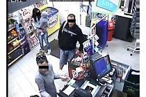 Zloději kradou sladkosti i v blízkosti prodavačky. Bílá taška, kterou má čtyřicetiletý muž přes rameno, je také plná odcizených věcí.