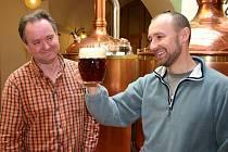 Ve Slaném obnovili tradici vaření piva po 135 letech. V pivovaru si ale přijdou na své i ti nejmenší. Zleva Josef Paulík a sládek David Máša.