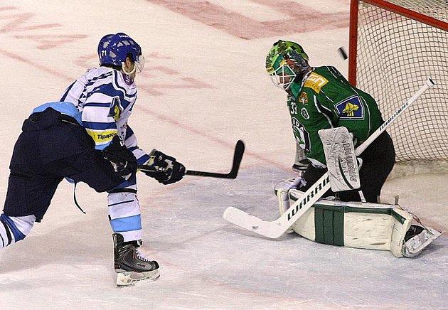 Jakub Valský na archivním snímku najíždí na boleslavského Schwarze) v utkání vstřelil dvě branky.