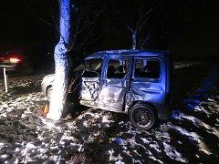 Řidič Citroenu dostal na zasněžené vozovce smyk a vyjel mimo silnici, kde naboural do stromu.
