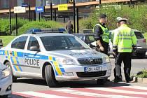 KLADENŠTÍ POLICISTÉ na místě střetu auta s chlapcem prošetřovali příčinu dopravní nehody.