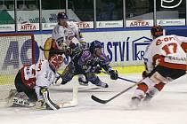 Radek Gardoň v roce 2001 proti Znojmu vyrovnal na 2:2. To bylo ale do sítě gólmana Svobody, tohle je jeho souboj ś ex-kladenským Jaroslavem Kamešem.