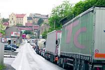 Kolony kamionů v opravované Lázeňské ulici ve Slaném