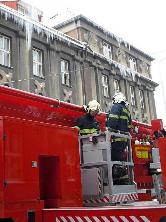 Některé rampouchy na kladenské poliklinice už byly tak velké, že hrozilo jejich zřícení, a proto je hasiči museli odstranit.