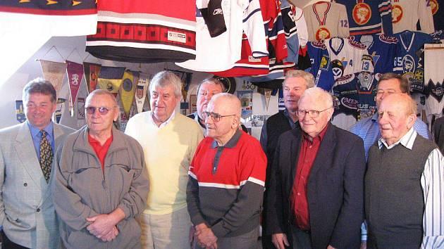 Na návštěvě u Josefa Hoška v jeho síni hokejové slávy se ocitly legendy jako Prošek, Kochta, Horešovský, Pospíšil, Kaberle a další