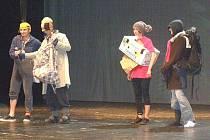 Vedení kladenského divadla postižené světovou finanční krizí. Třeba v papírové krabici, ale s úsměvem.