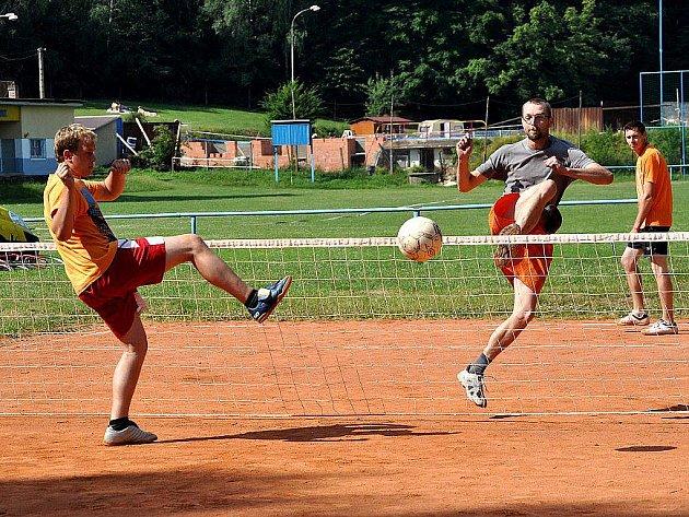 Druhý ročník nohejbalového turnaje pořádaného sdružením Otvovísek se v sobotu uskutečnil hřišti v Otvovicích.