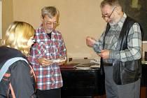 Vratislav Ebr  (vpravo)  se ukázal jako fundovaný popularizátor literárních kuriozit a sběratel zajímavostí.