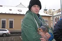 Josef Novák při prodeji vánočních kaprů vsází na teplé oblečení a čaj. Kávu prý nepije a kořalky ho nezahřejí.