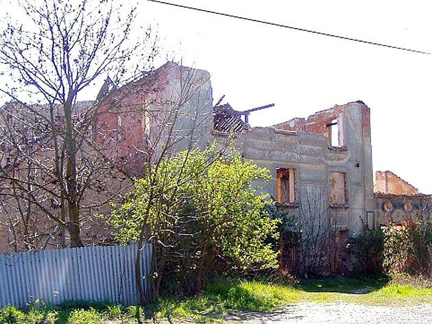 Bývalý Kellnerův mlýn v Klobukách dříve býval chloubou obce. Dnes je z něj objekt, který  kvůli nezájmu majitelů vesnici hyzdí a dokonce hrozí jeho zřícení.