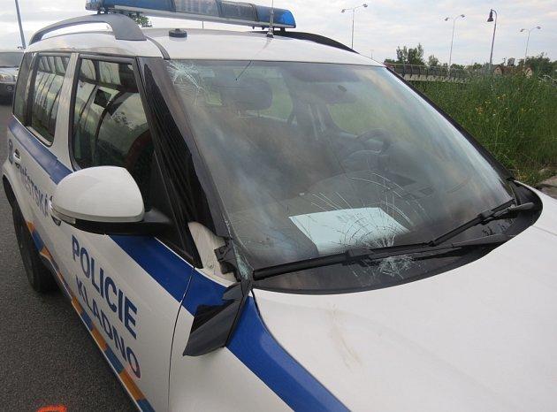 Opilý patnáctiletý mladík vběhnul strážníkům přimo pod auto