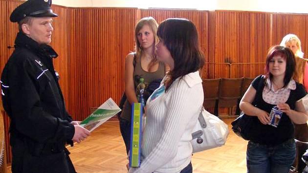 Některé studenty nabídka práce u policie zaujala.