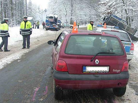 Beze škody nevyvázl ani policejní vůz, do kterého narazil automobil s letními pneumatikami