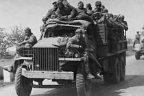 SOVĚTŠTÍ VOJÁCI projíždějí Vinařicemi na americkém nákladním automobilu Studebaker, dodaném v rámci zákona o půjčce a pronájmu do SSSR.