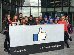 Tým slánských školáků na výletě v Irsku. Podívali se do centrály Googlu i Facebooku v Dublinu.