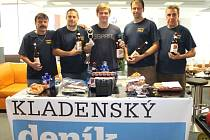 Vyhlášení jarní části Tip ligy ve slánském centru Atlas. Vítězný tým Sýkorek spolu s vítězem mezi jednotlivci - Petrem Michálkem.