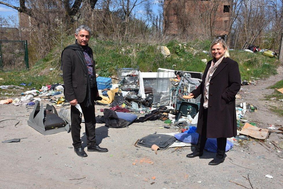 Černá skládka v Kročehlavech. Vlevo na snímku vedoucí odboru životního prostředí  MMK Radovan Víta.