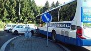 Ve Slaném se srazil autobus se škodovkou.