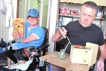 AUTOR PROJEKTU 2000 PTAČÍCH BUDEK PRO KLADNO A OKOLÍ Karel Kuchař a  Mirka Enny Šindelářová, která dokáže i přes svůj výrazný tělesný handicap budky krásně vyzdobit.