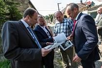 Předání finančního daru Dolanům, Bělokům a Hostouni. Ministr životního prostředí Tomáš Jan podivínský a zástupce Třineckých železáren.