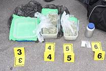 MARIHUANU, PENÍZE A ANABOLICKÉ STEROIDY zajistili policisté u trojice mužů zadržených při protidrogové akci provedené v kladenské čtvrti Švermov.