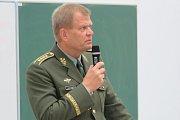 Generál Josef Bečvář při přednášce
