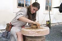 Mezi oblíbené ukázky patří při oslavách keltského svátku hojnosti Lughnasad na zámku v Nižboru práce řemeslníků.